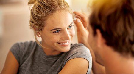 Glückliche Frau, Mann streicht ihr übers Haar