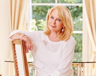 Gerda Rogers sitzt auf einem Sessel