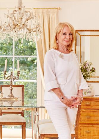 Gerda Rogers steht in einem hellen Raum