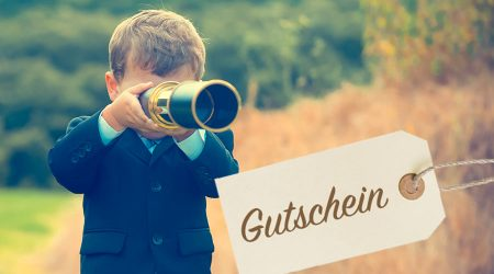 """Bub blickt durch Fernrohr mit Text: """"Gutschein""""."""